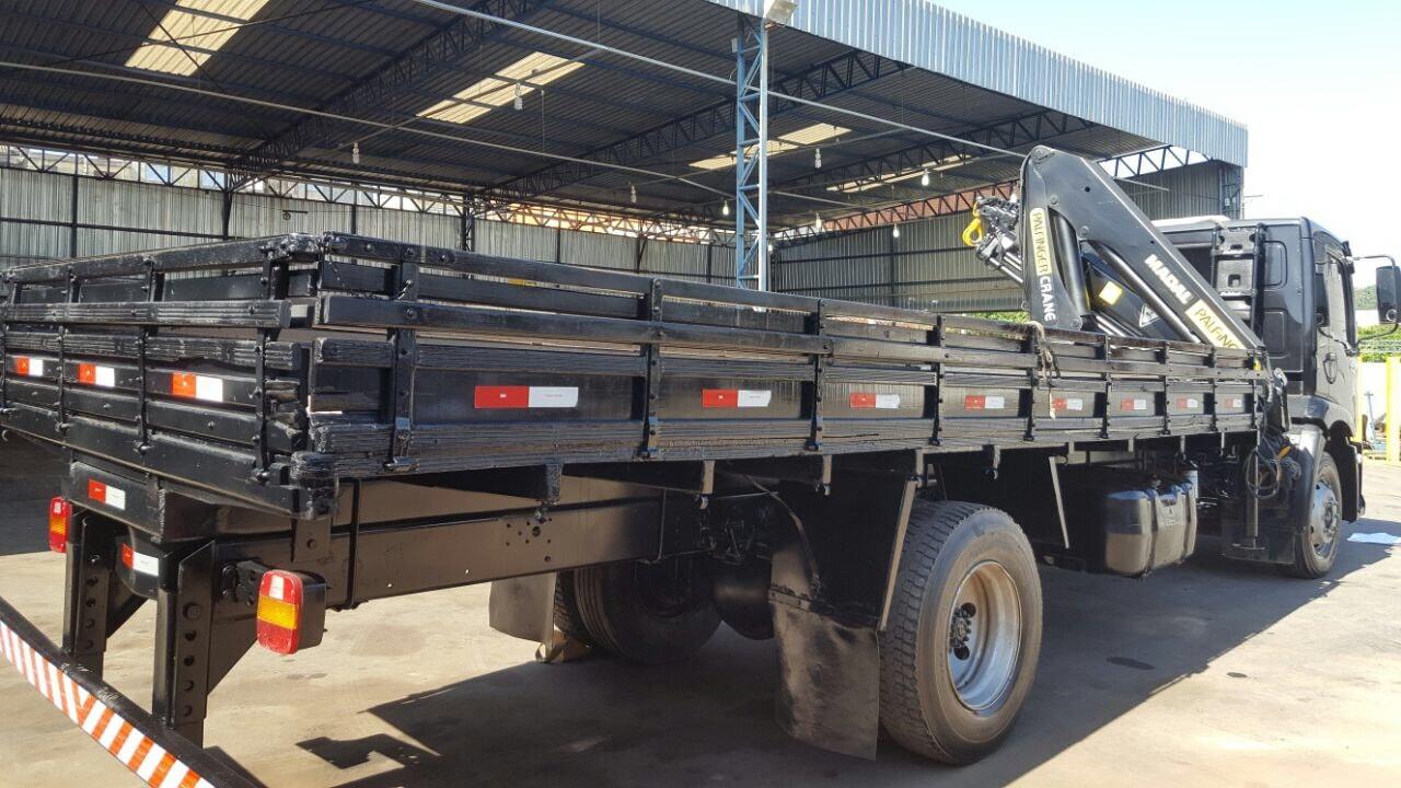 Caminhão toco com Guindaste Articulado para 12,5 toneladas métricas