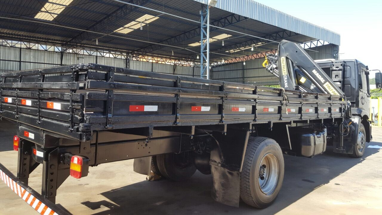 Caminhão toco com Guindaste Articulado - munck para 12,5 toneladas métricas